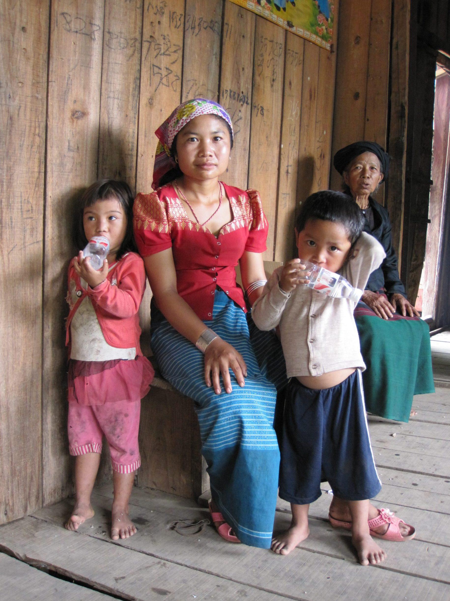 少数民族のまだ若いお母さんと2人の子供